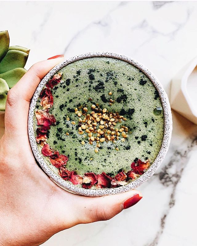 Anyone else ever have those weekdays where you survive off matcha and smoothies?!  since it's rich in the calming amino acid L-Theanine we can basically drink matcha lattes up into the early evening for zen energy and stress reduction  pair it with some superfood protein smoothies on your busy days and you're basically super human with zero effort  @moodbeli